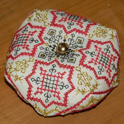 http://boutique-brodeuse-bressane.blogspot.fr/2012/09/biscornu-vienna.html