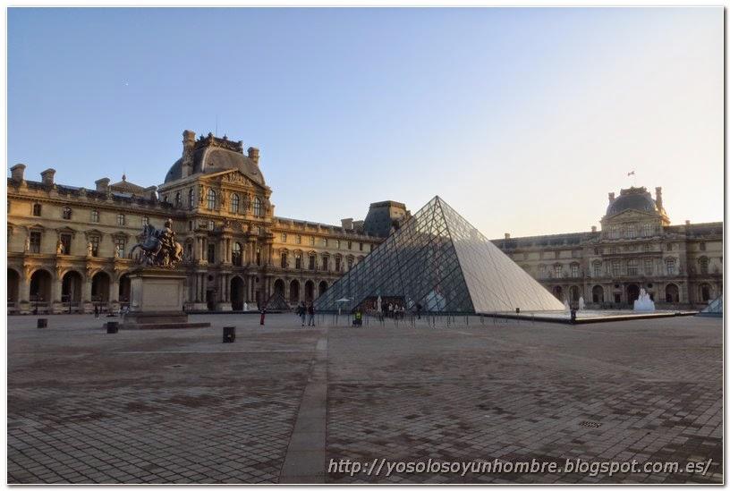 Palacio del Louvre y Pirámide de cristal
