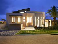 Foto de fachada de casa moderna iluminada al anochecer