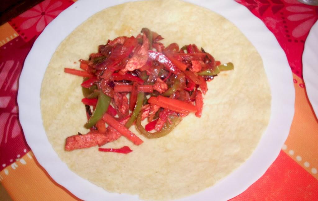 echando ingredientes en la tortilla wrap