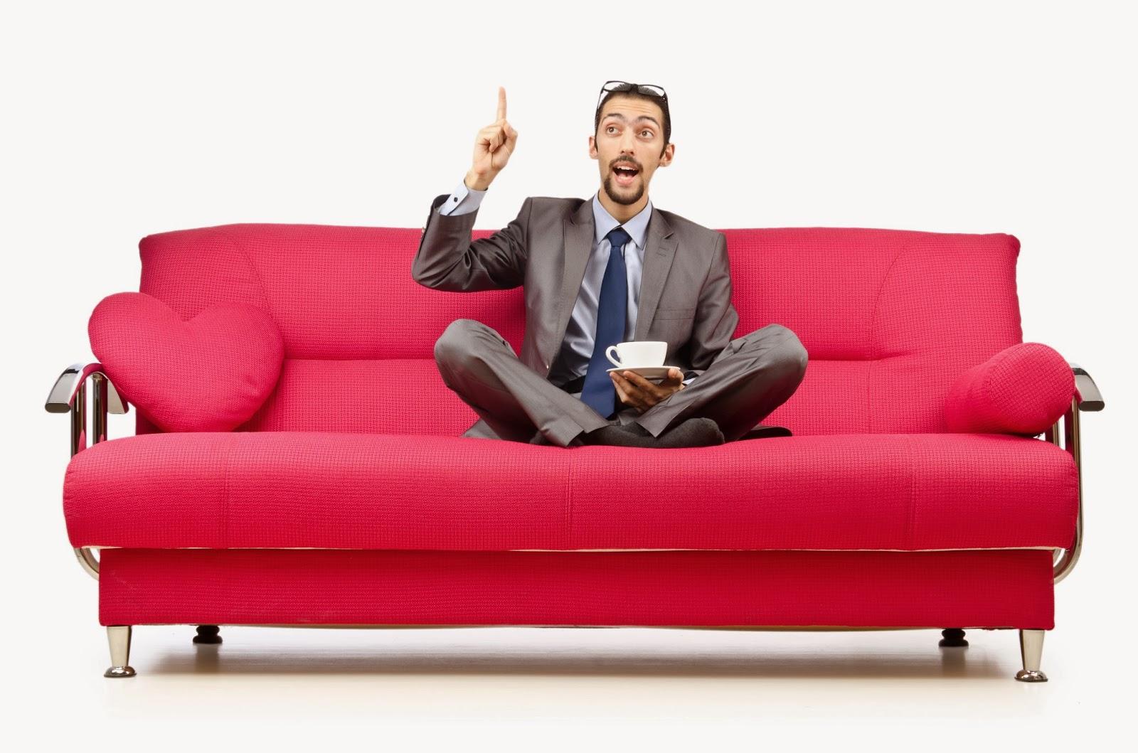 Сама себя удовлетворила на диване 2 фотография