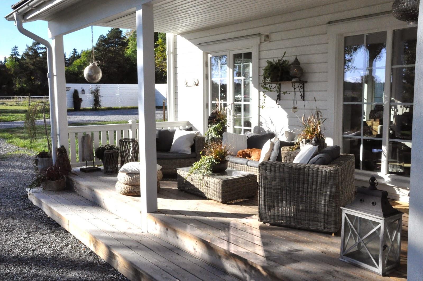 Den vita drömgården: räcke till groventré och veranda
