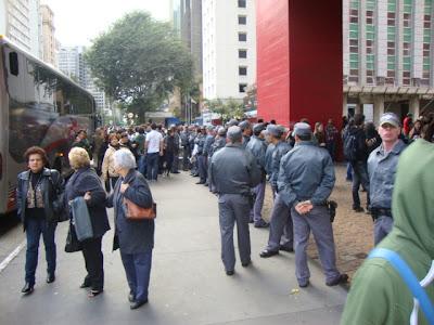 cordão de políca para conter manifestantes no masp a avenida paulista