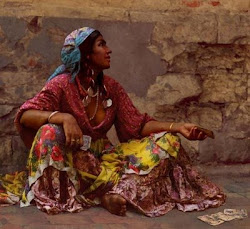 Cigana jogando carta