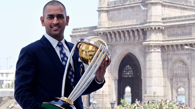 Mahendra-Singh-Dhoni-with-World-Cup-Trophy