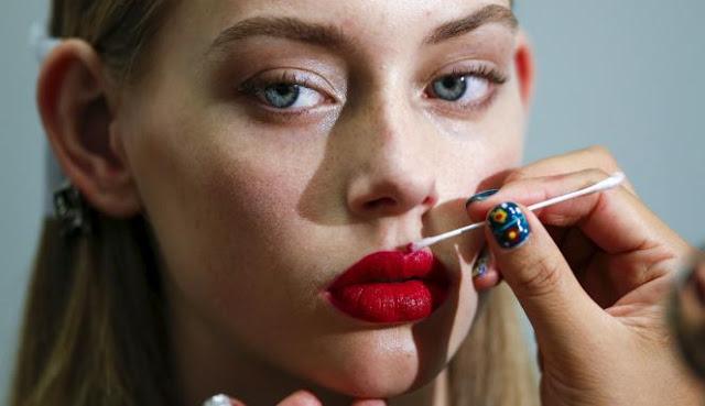 Saat Memakai Lipstik, Kita Harus Perhatikan 5 Hal Ini