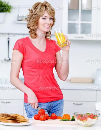 young-beautiful-woman-drinking-orange-juice - مشروبات لشفط دهون البطن دون جراحة