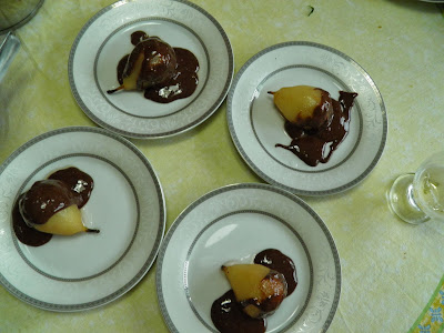 Peras em calda com cobertura de chocolate