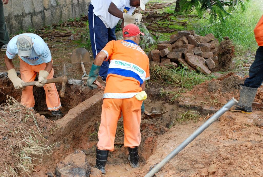 Na Rua Padre José Anchieta, na Tijuca, uma equipe de oito funcionários abriu um buraco no chão para localizar a obstrução na rede de drenagem e realizar a limpeza e verificar a troca das manilhas