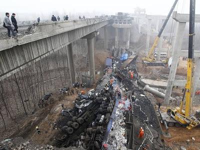 Jembatan Runtuh Akibat Truk Pembawa Petasan Meledak