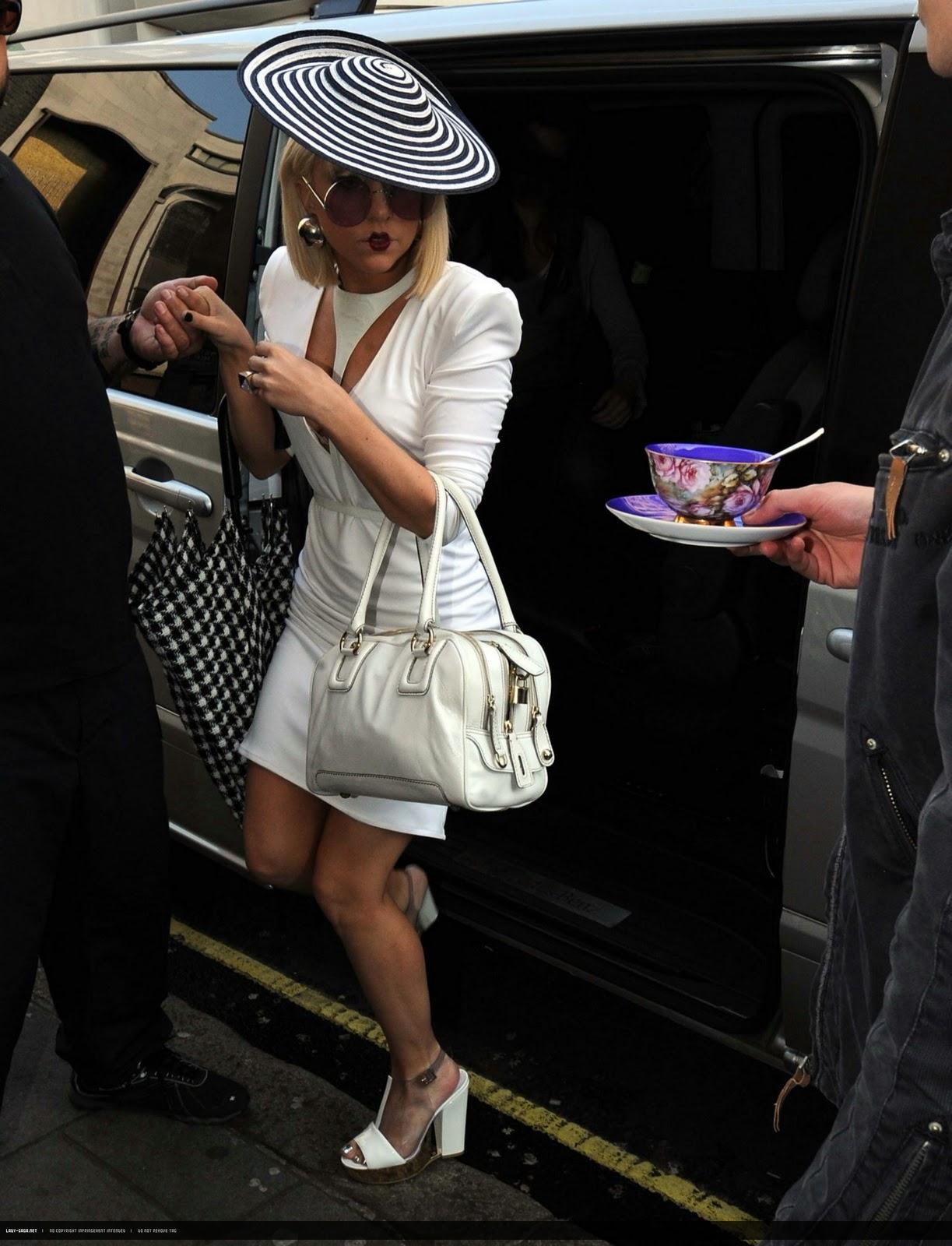 http://4.bp.blogspot.com/-wboPzhjxqsI/TsjSdmEZocI/AAAAAAAAoVs/__1lRKWKi_g/s1600/lady-gaga-dress-20.jpeg