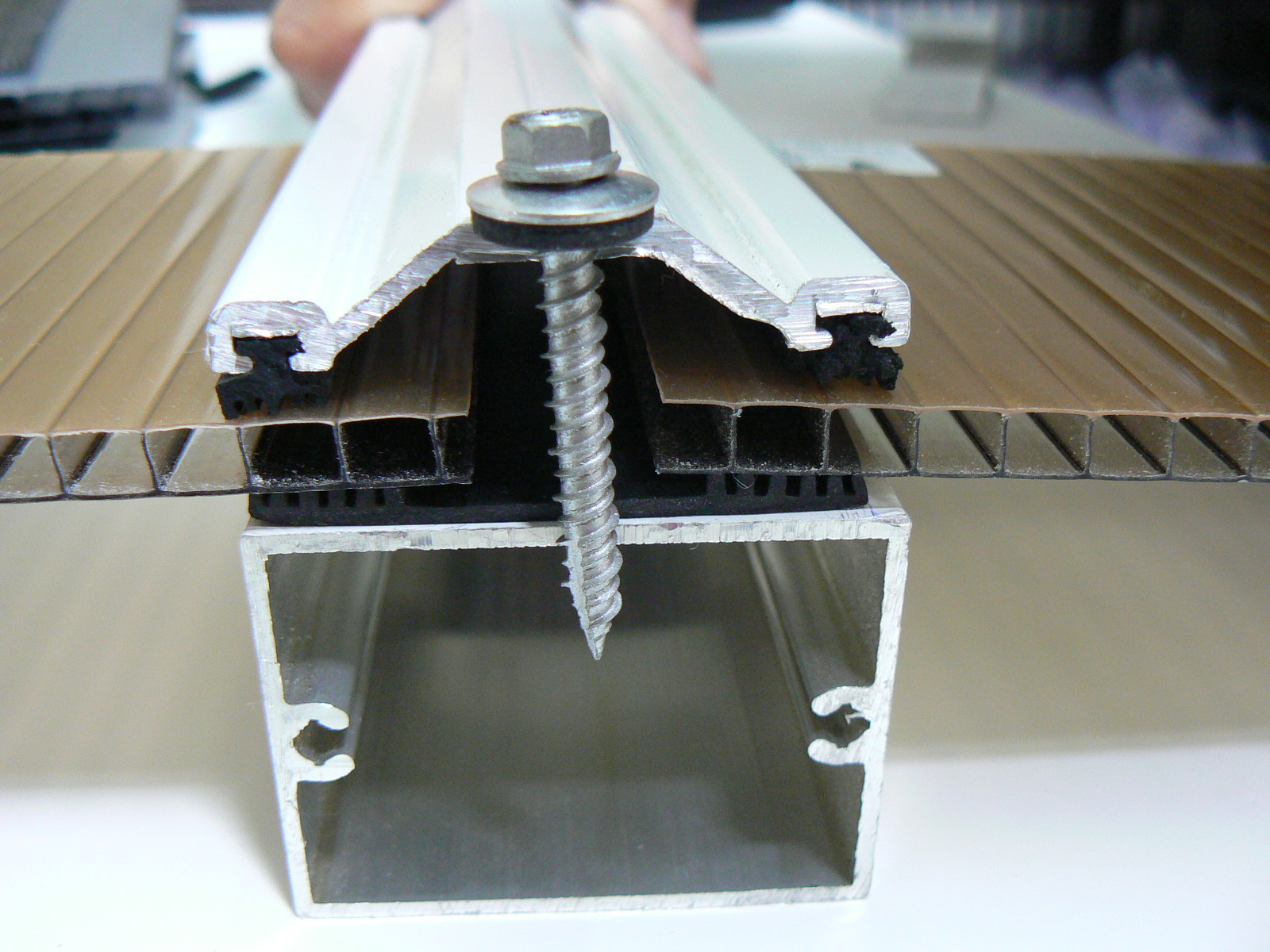 Policarbonato polysolution fevereiro 2013 for Materiales para toldos de aluminio
