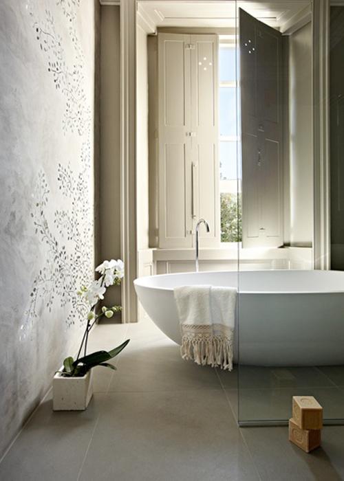 Baños Rusticos Campestres:Bello baño rústico con bañera moderna y precioso mural pintado en