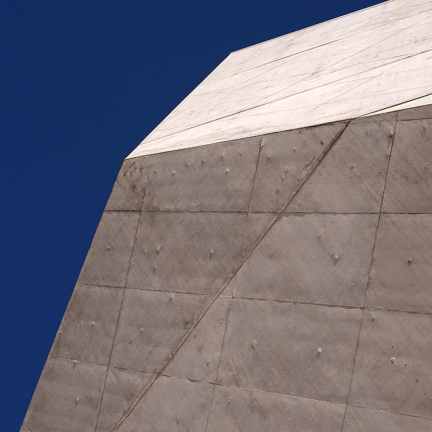 Canto com ângulos das figuras irregulares da geometria da Casa da Música