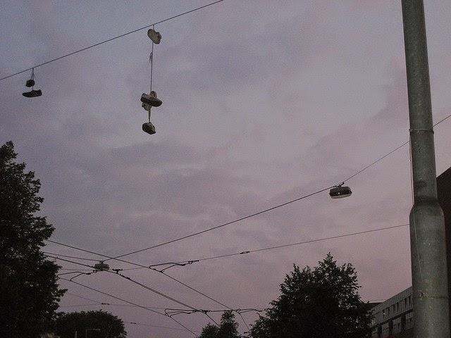 shoefiti, zapatos colgantes, zapatillas colgando cables,