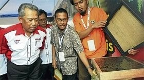 Deputy Prime Minister Tan Sri Muhyiddin Yassin being briefed on a stingless bee hive