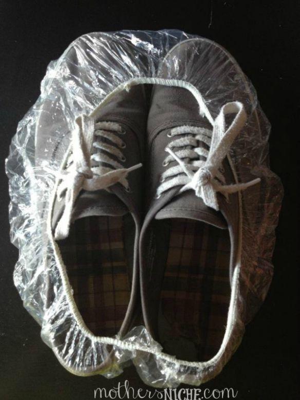 Guardar los zapatos en gorros de ducha
