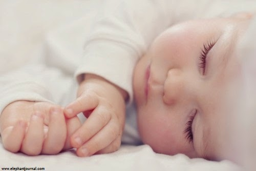 Jolie Photo bébé qui dort dans son lit