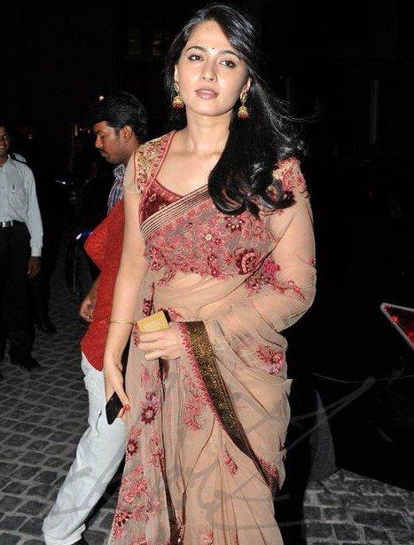 anushka shetty at 58th filmfare awards 2011 hot images