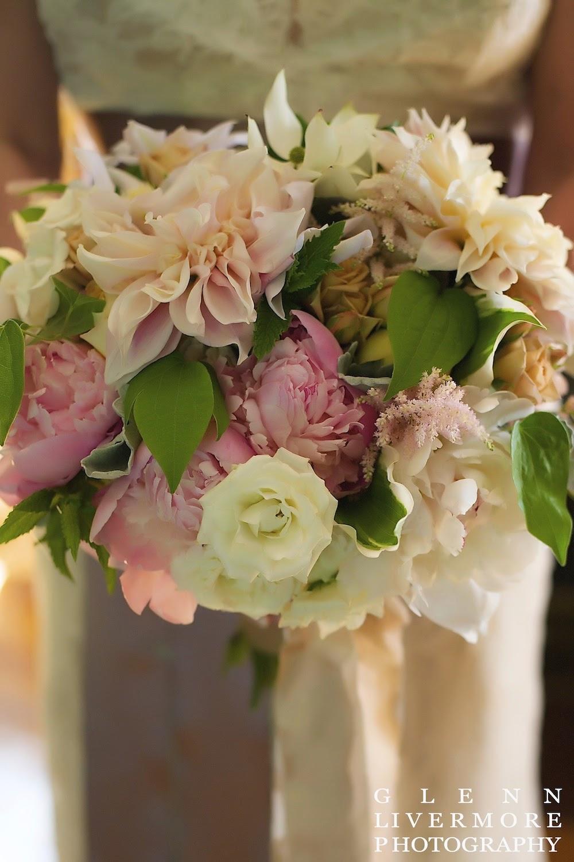 new england summer estate wedding : lanam club : glenn livermore photography : les fleurs : ivory, champagne & pale pink : peony, garden rose & dahlia