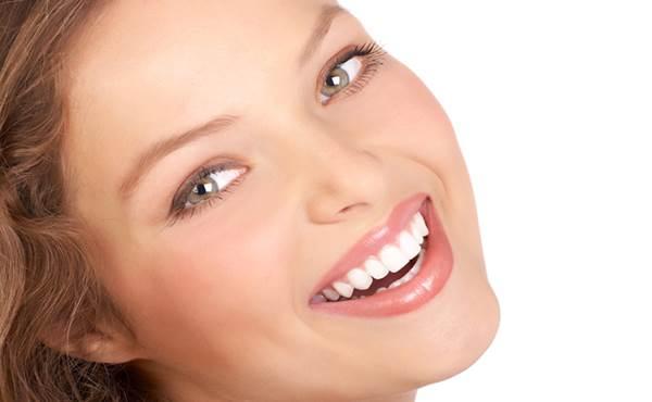 mulher com rosto bonito sorrindo
