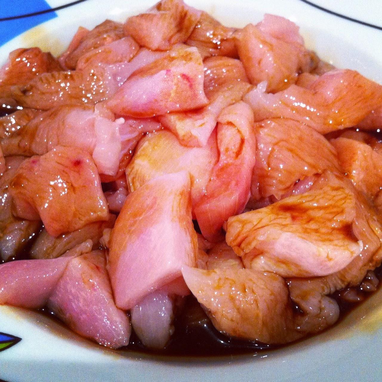 Pollo macerado en salsa de soja con verduras, añadiendo la soja.