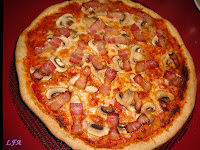 Pizza de bacon y champiñones con masa sabor a oregano