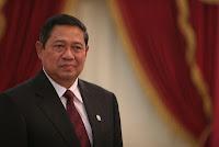 Susilo Bambang Yudhoyono yang sering dipanggil SBY adalah presiden Republik Indonesia yang keenam. Ada satu perbedaan di sini. SBY adalah presiden pertama yang dipilih secara langsung oleh rakyat melalui Pemilu. Jadi, bisa dibilang bahwa pemilihan SBY adalah pemilihan presiden paling demokratis dibandingkan dengan sebelumnya yang selalu dipilih oleh MPR.  SBY, lulusan terbaik AKABRI (1973) dan suami Kristiani Herawati ini, lahir di Pacitan Jawa Timur pada 9 September 1949. SBY dilahirkan sebagai anak tunggal dari pasangan R.Soekotjo dan Sitti Habibah. Beliau mewarisi darah prajurit dari ayahnya yang merupakan pensiunan Letnan Satu. Sementara ibunya adalah putri seorang pendiri Pondok Pesantren Tremas.  SBY menikah dengan Kristiani Herawati dan dikaruniai dua orang putra yaitu Agus Harimurti Yudhoyono dan Edhie Baskoro Yudhoyono. Beliau masuk Akabri di Magelang pada tahun 1970. Semasa pendidikan, beliau mendapat julukan Jerapah.Beliau sangat menonjol dan terbukti, beliau meraih predikat lulusan terbaik Akabri 1973 dengan menerima penghargaan lencana Adhi Maksaya.  Pensiunan jenderal berbintang empat ini adalah anak tunggal dari pasangan R. Soekotjo dan Sitti Habibah. Darah prajurit menurun dari ayahnya yang pensiun sebagai Letnan Satu. Sementara ibunya, Sitti Habibah, putri salah seorang pendiri Ponpes Tremas. Beliau dikaruniai dua orang putra yakni Agus Harimurti Yudhoyono (mengikuti dan menyamai jejak dan prestasi SBY, lulus dari Akmil tahun 2000 dengan meraih penghargaan Bintang Adhi Makayasa) dan Edhie Baskoro Yudhoyono (lulusan terbaik SMA Taruna Nusantara, Magelang yang kemudian menekuni ilmu ekonomi).'