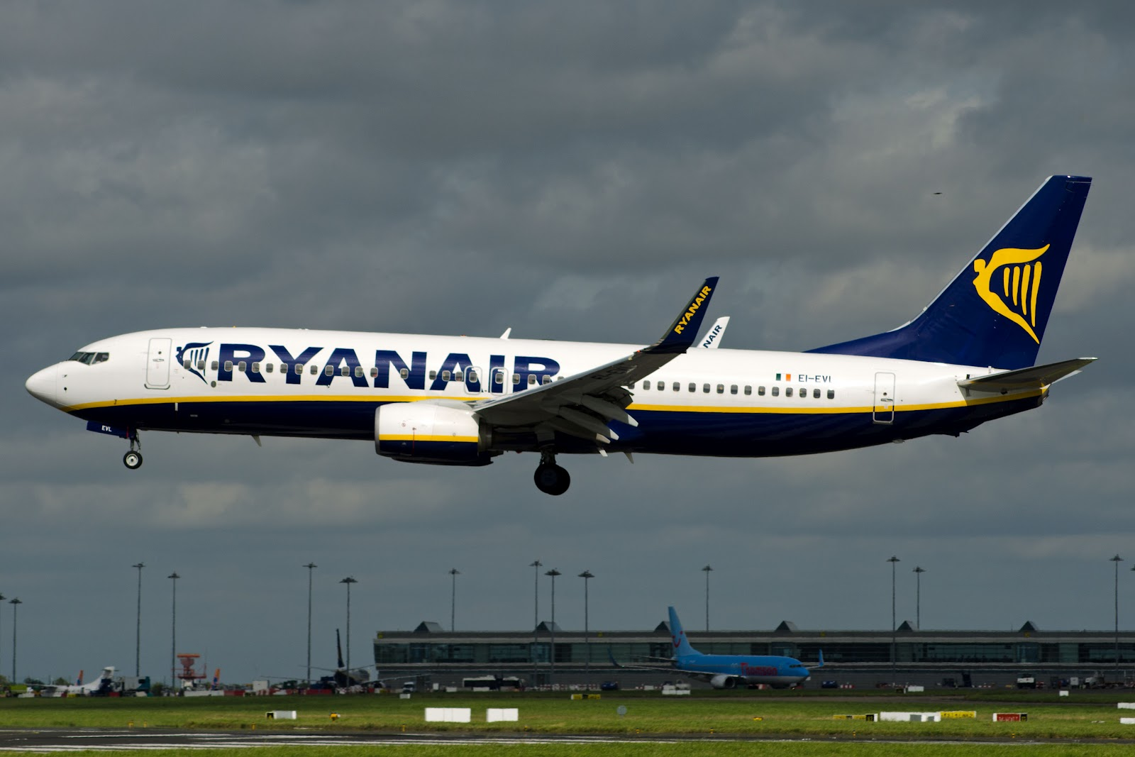 ryanair inc Ryanair holdings plc's rivals smell blood in the discount giant's confrontation with its pilots and cabin crew and have pitched 'hiring now' signs in a bid to siphon off disgruntled staff .