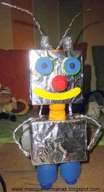 hacemos dos rollitos para los brazos y ya tenemos nuestro Robot