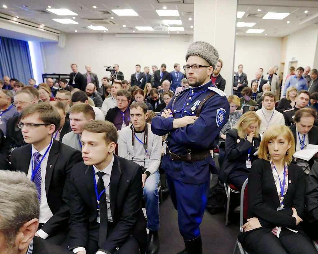 Não faltaram figurinos artificiais enviados pela FSB para dar volume ao evento putinista.