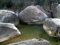Grans blocs de pedra omplen el tram final de la riera de Merlès