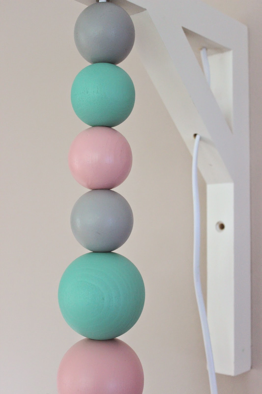pfefferminzgruen diy lampe mit holzkugeln. Black Bedroom Furniture Sets. Home Design Ideas