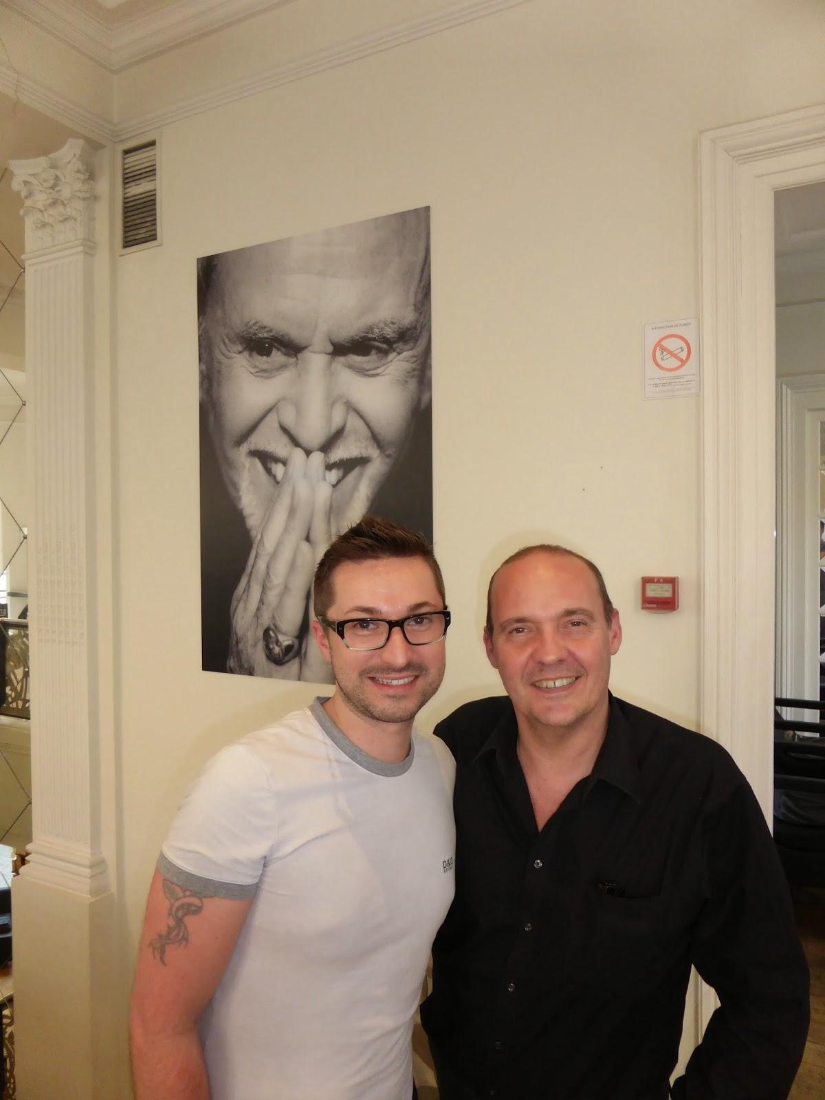 De gauche à droite, Eddy coiffeur visagiste au Studio 54 à Montpellier,  et Yves  Galler, coiffeur formateur à l'Académie Alexandre de Paris, devant le portrait d'Alexandre de Paris.