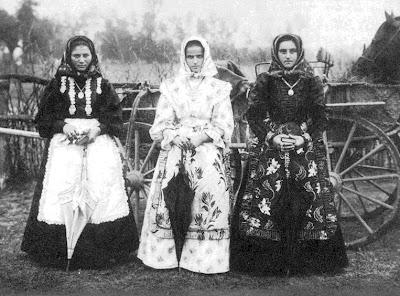 Ünneplőbe öltözött lányok a szegedi tanyavilágban, 1908