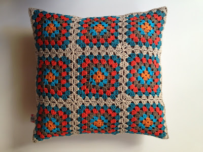 coussin au crochet granny squares Coton et lin DROPS
