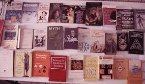 Visita la librería de tu barrio.