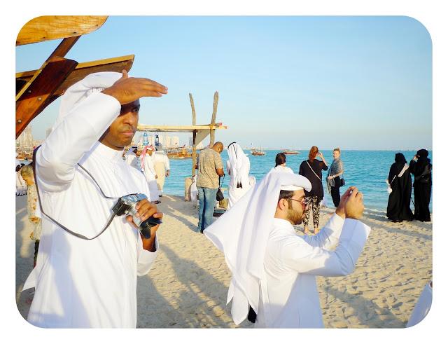 Hombres en la playa de Doha
