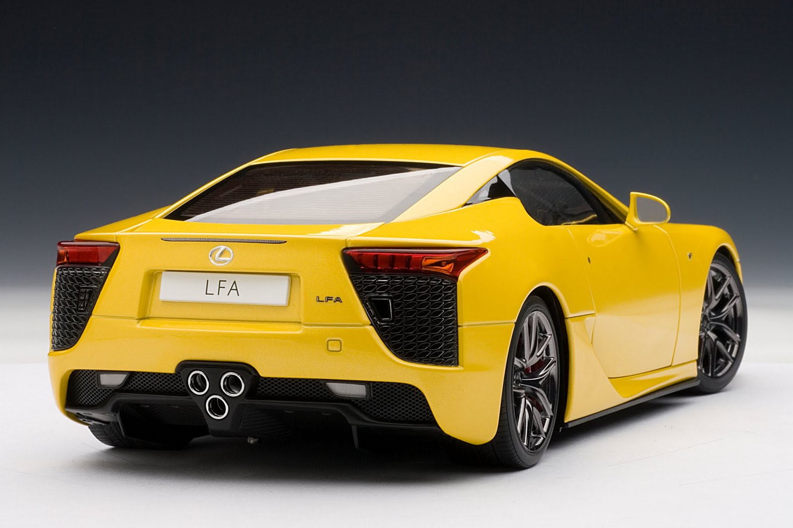 zt 39 s dream garage autoart lexus lfa in yellow. Black Bedroom Furniture Sets. Home Design Ideas
