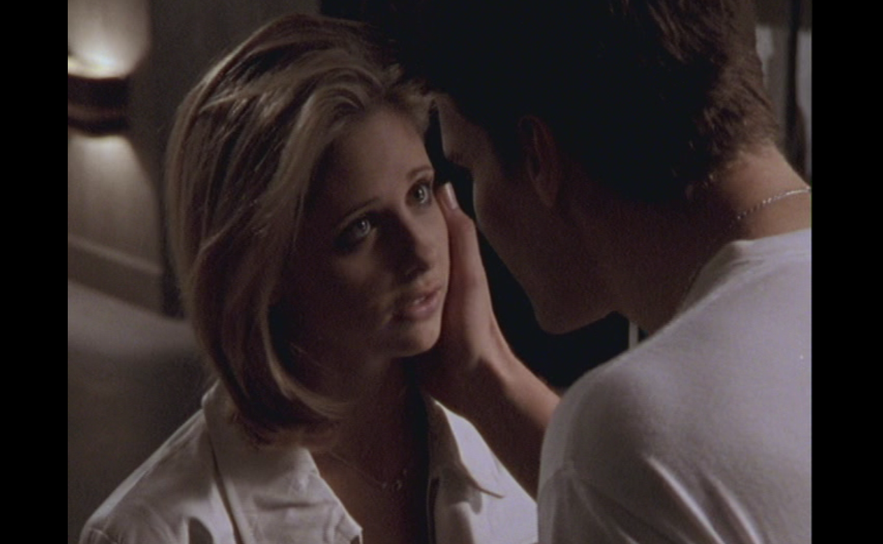 http://4.bp.blogspot.com/-whSYQ7Z2ebo/T1LjswwOlrI/AAAAAAAACMY/S6cviIgWdio/s1600/David+Boreanaz+as+Angel+with+Sarah+Michelle+Gellar+as+Buffy+Season+2+Episode+13+Surprise+2.png
