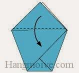 Bước 4: Gấp lớp giấy trên cùng của tờ giấy xuống phía dưới.