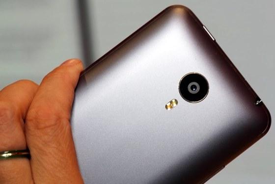 Meizu MX4 tem câmera traseira de 20,7 MP com velocidade de foco de 0,3 segundos e flash dual LED e capaz de gravar vídeos em 4K, além de outra frontal de 2 MP