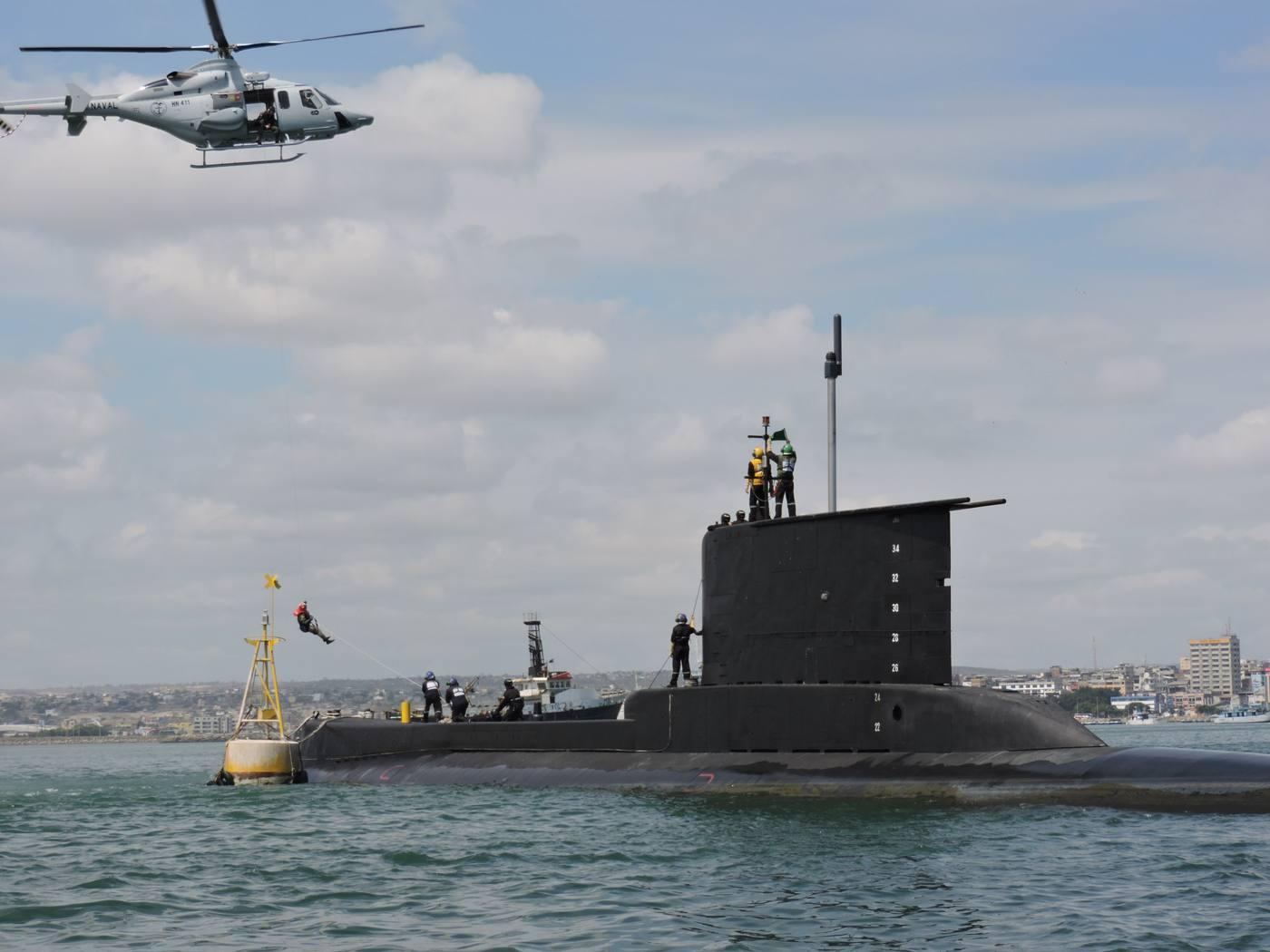 MANTA, Manabí. Personal de la Armada ayer durante el simulacro de rescate de un herido desde el submarino Shyri.