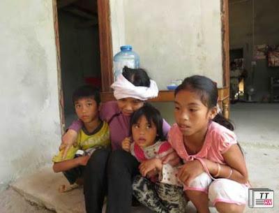 Chị Hòe vợ của anh Trị cùng 3 đứa con nhỏ.