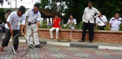 push the wheel with stick race Malaysia