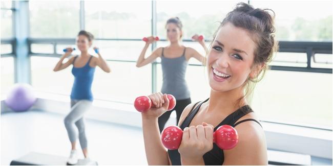 Gambar Orang Sedang Melakukan Fitness di Gym