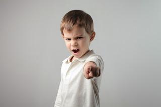 كيف تتعاملين مع طفلك اذا أساء السلوك في المدرسة