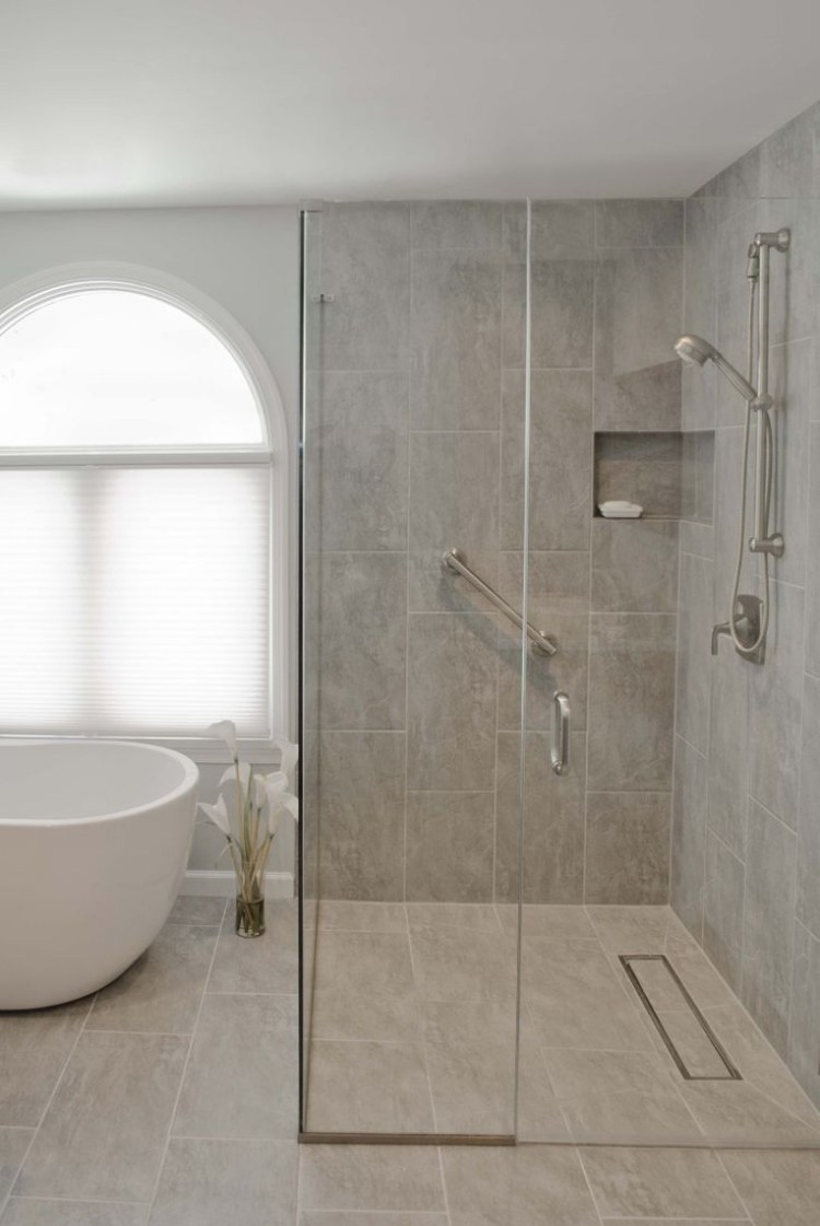 Walk in shower in 50 attractive modern bathrooms bathroom design for Salle de bain petite surface avec baignoire