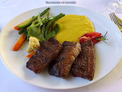 496 Grill & Bar: Tiras de Picanha com Purê de Mandioquinha e Legumes no vapor