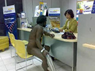 Nasabah BANK Mandiri Telanjang di Ruang Teller